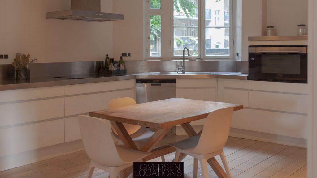 Location med massivs spisebord i køkken