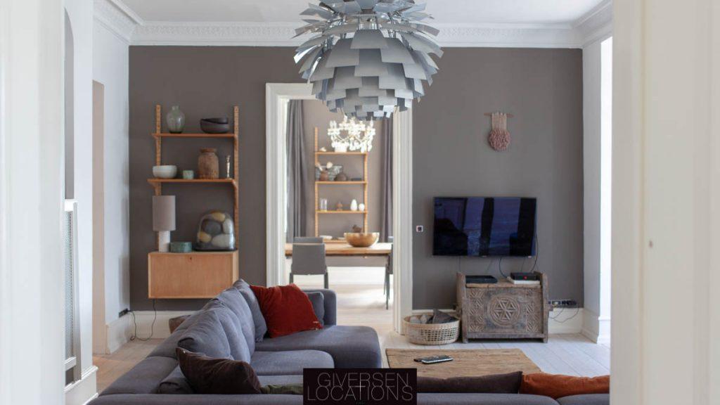 Flot kig gennem stuer en suite med koglen lampe