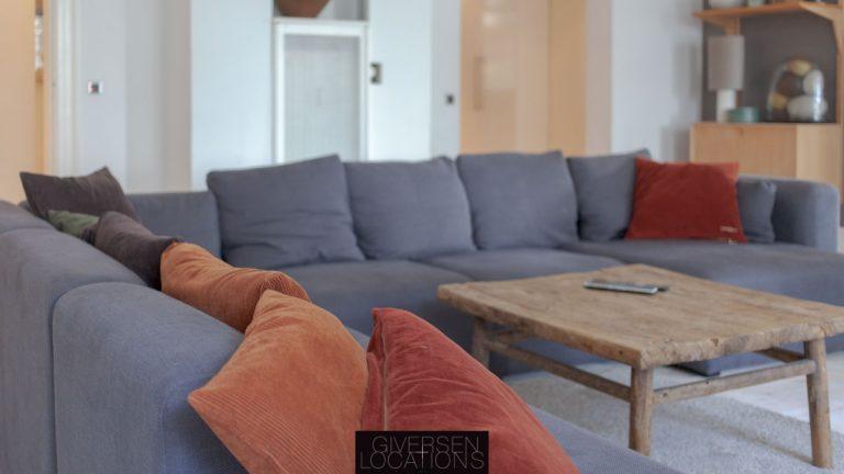 farverige puder i grå sofa