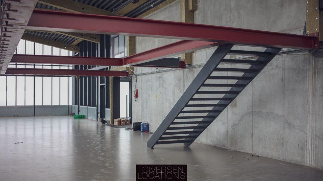 Fotostudie med store vinduer og trappe