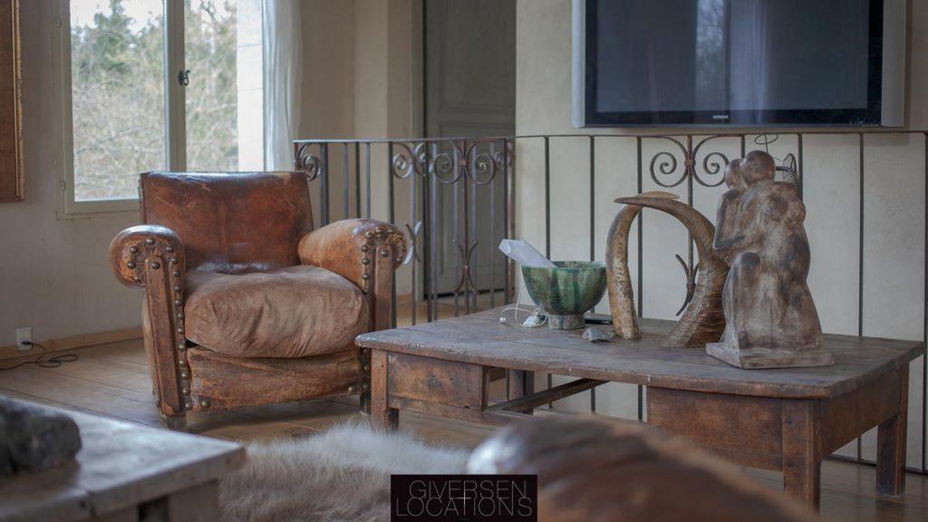 Dejlg læderstil og brune farver i stuen