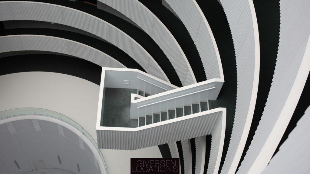 Trappeafsats med hvide og sorte elementer i beton