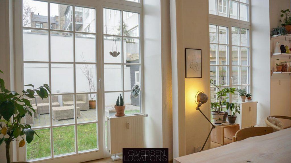 Kig ud til haven i location med store vinduer