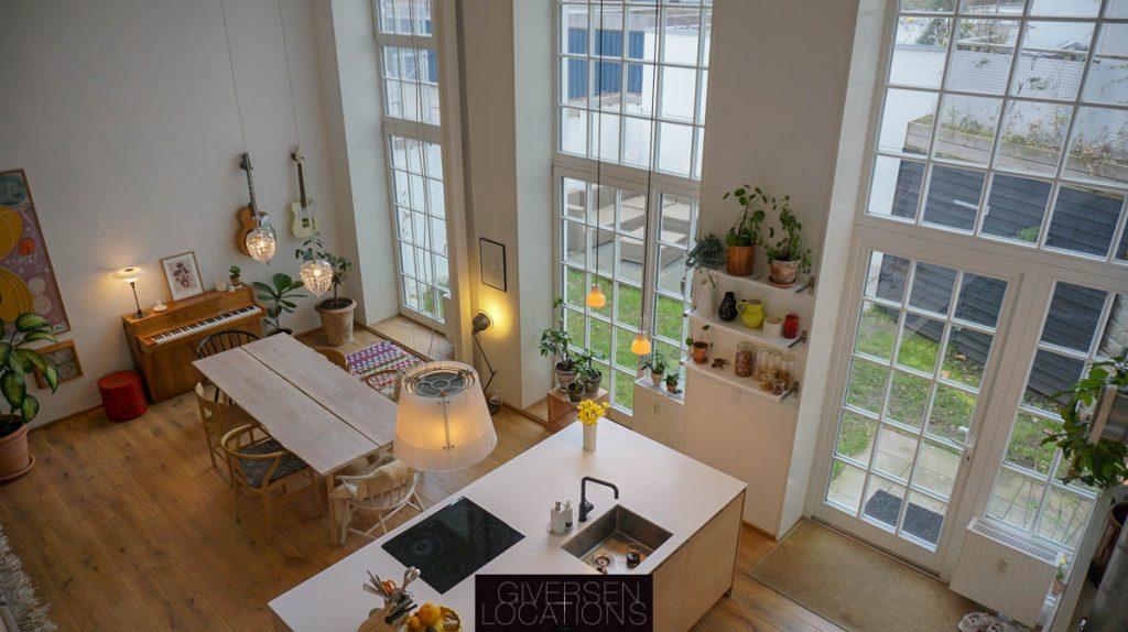 Kig over det store rum med høje vinduer