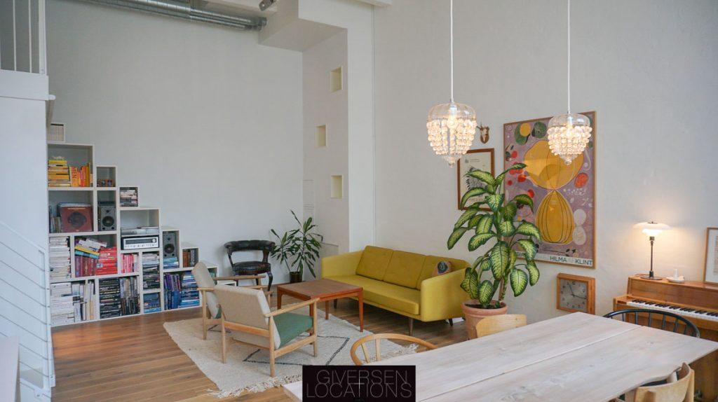 Klassiske møbler og stort lyst rum