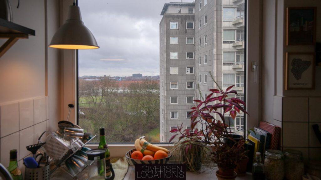 Køkkenvindue med kig til højhuse