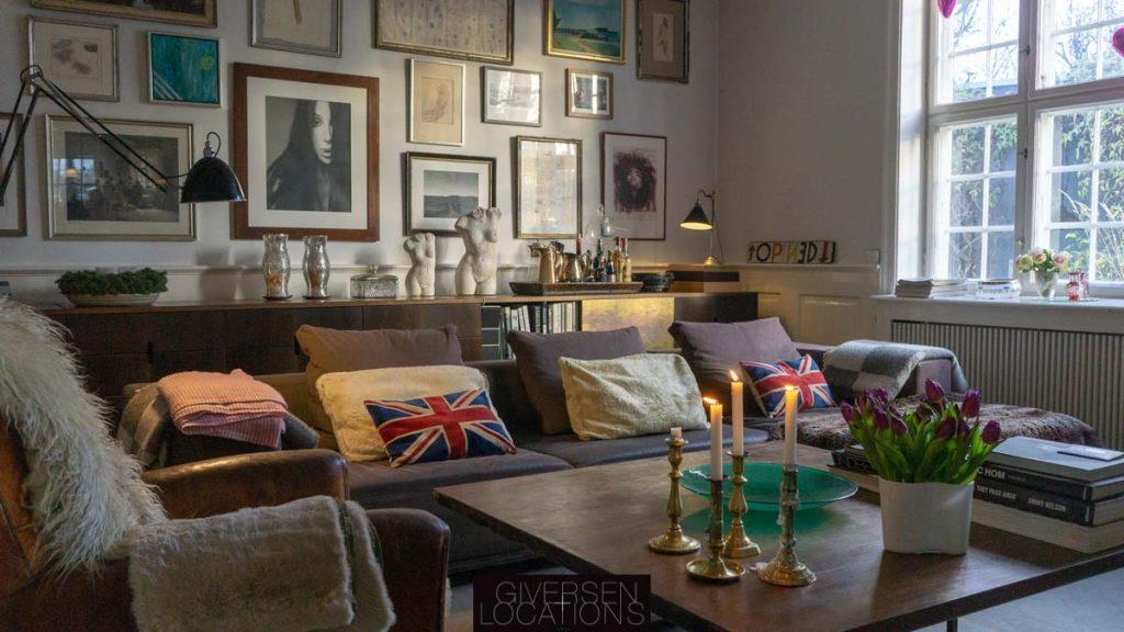 Amerikansk New England stil med masser af puder i sofaen