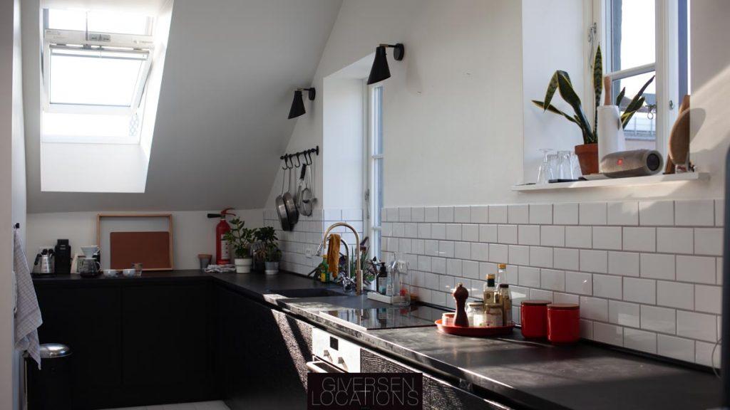 Lys falder ind i køkken i industriel stil