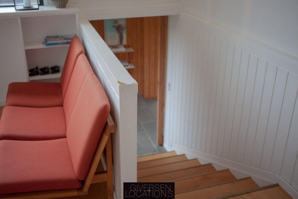 Vegner sofa og kig ned af trappe