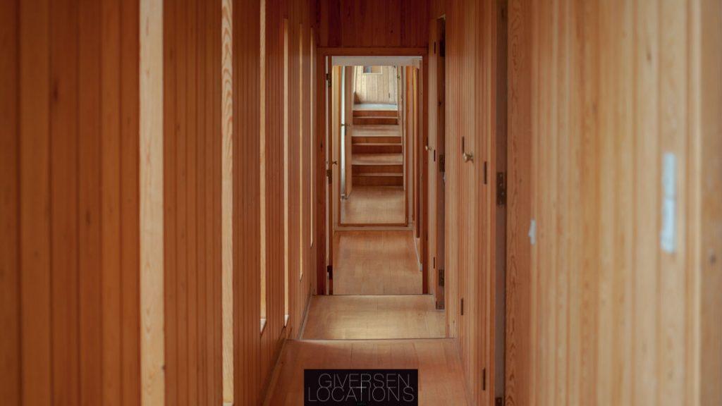 Flot kig i gang med træbeklædte vægge