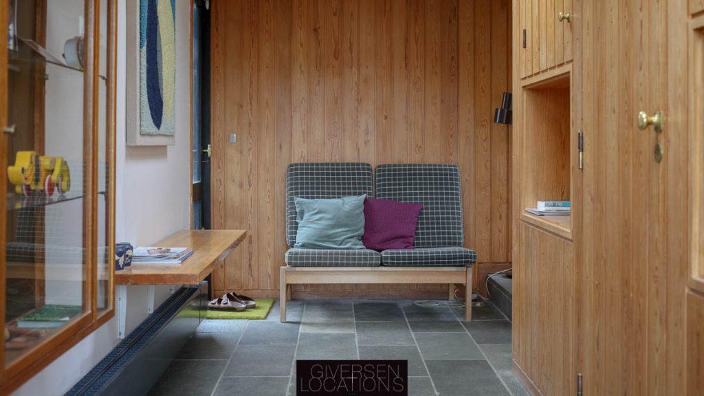 Arkitekttegnet sofa og granitgulv
