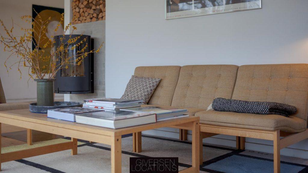 Lækkert sofaarrangement og grafisk tæppe