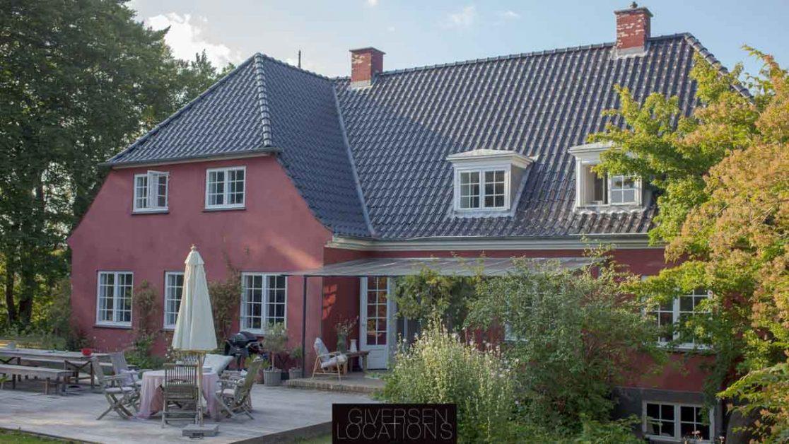 Kig fra den store have med den røde villa