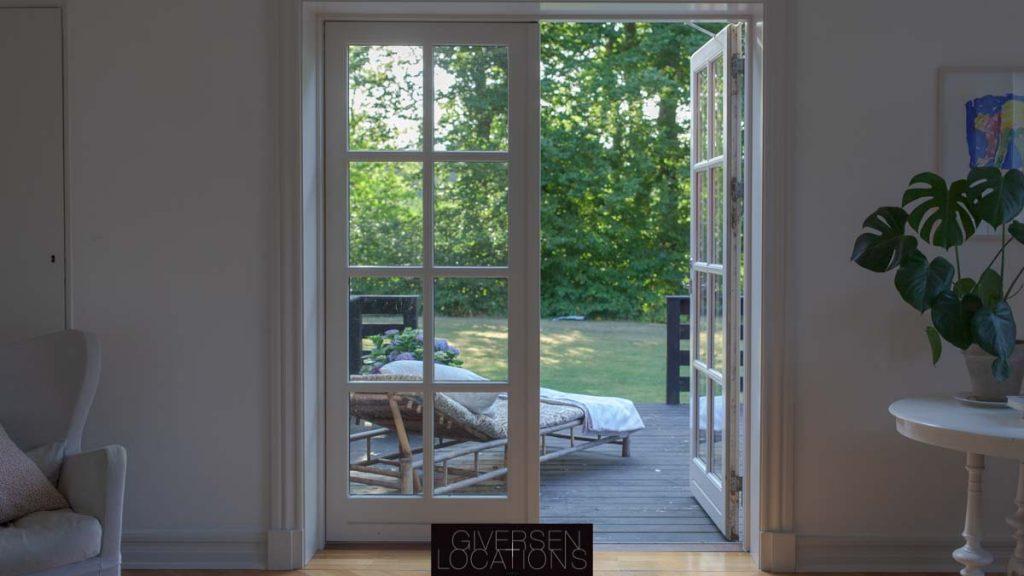 Kig itl stor have fra franske døre