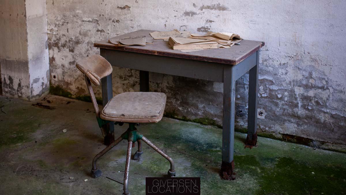 Mos på gulvet i gammelt kontor