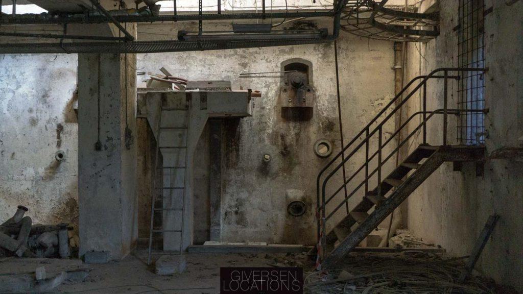 Rusten jerntrappe i forladt fabrik