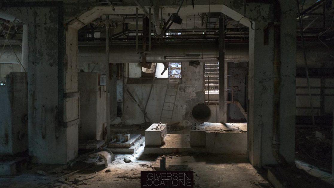 SMukt lys i forladt fabrik