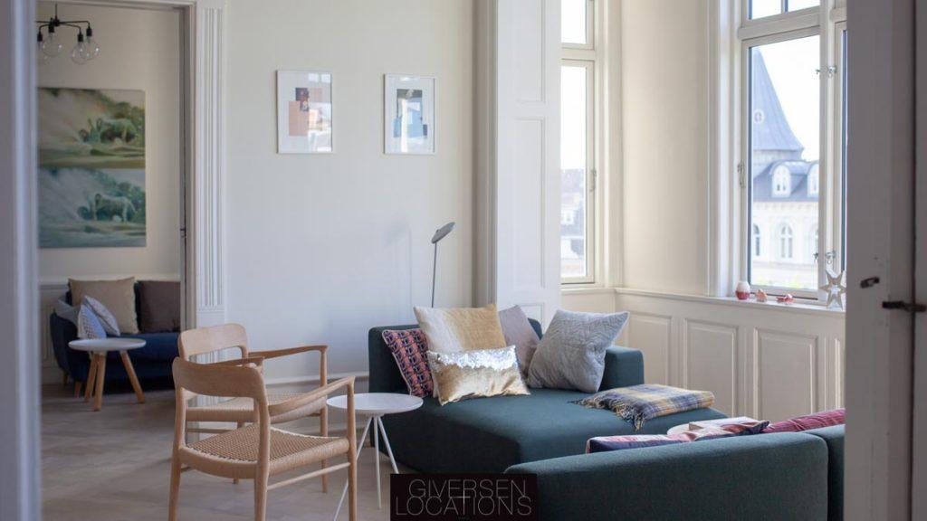 Lækkert lys fra store vinduer i stuen på Frederiksberg
