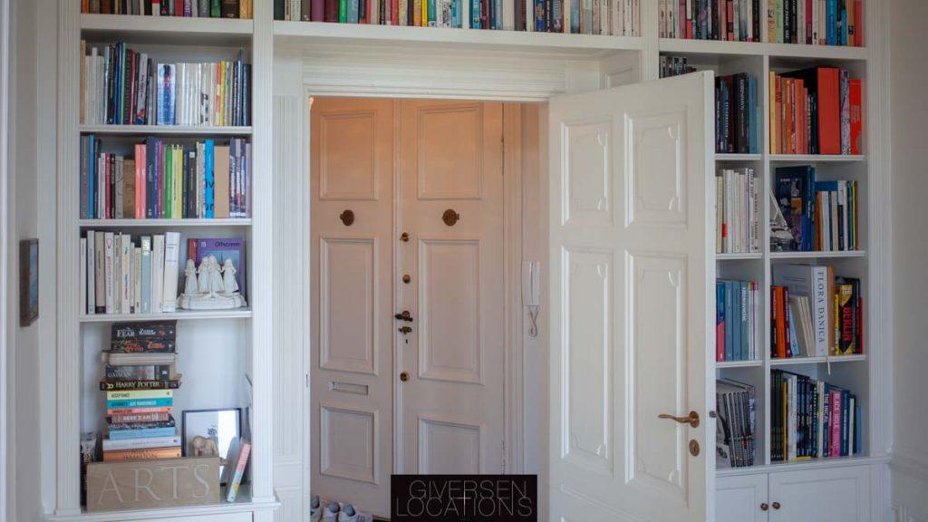 Bogreol omkring døren i herskabslejlighed