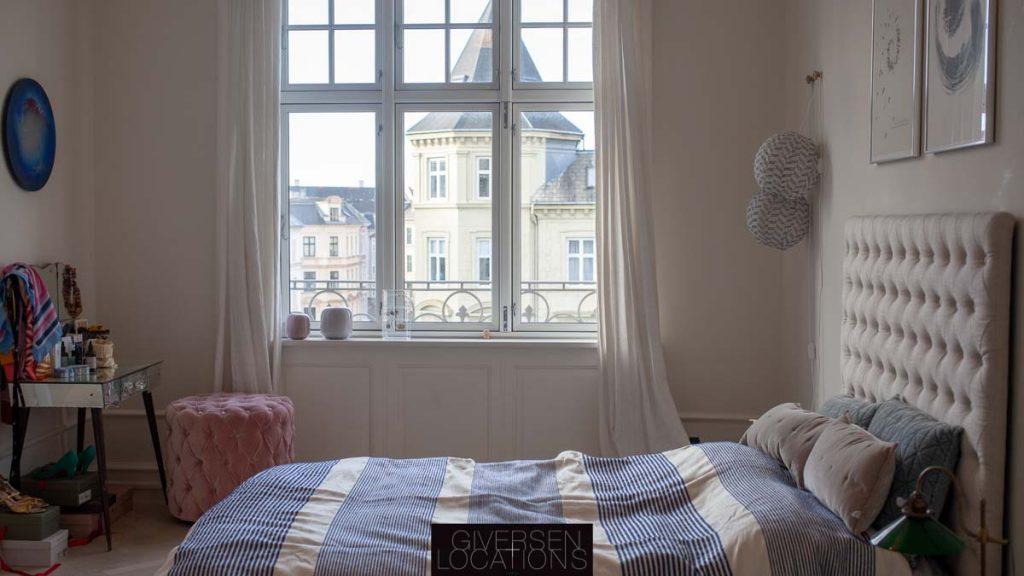 Skønt soveværelse med stribet sengetæppe
