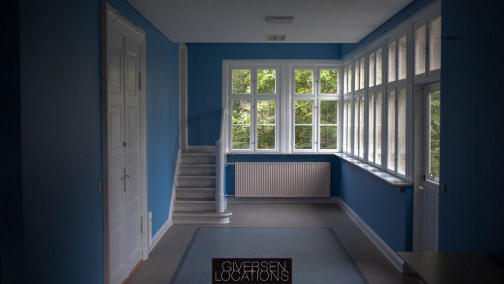 Dejligt lysindfald i et blåt værelse Separate baderum på et gammelt hospital
