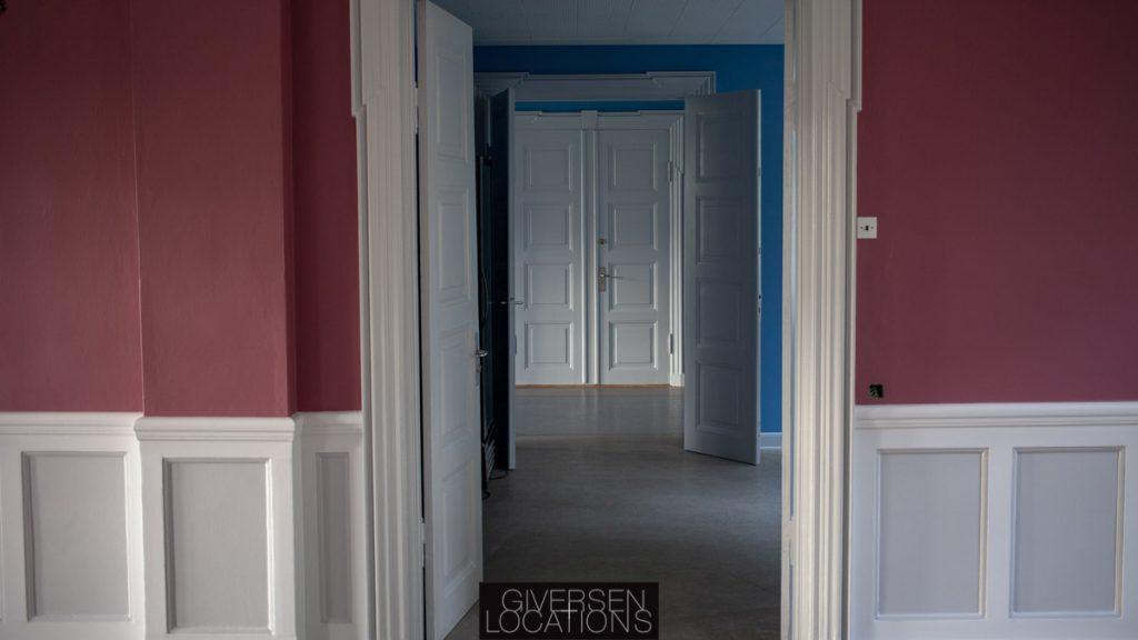 Smukke farver på væggene i gangene på et gammelt hospital
