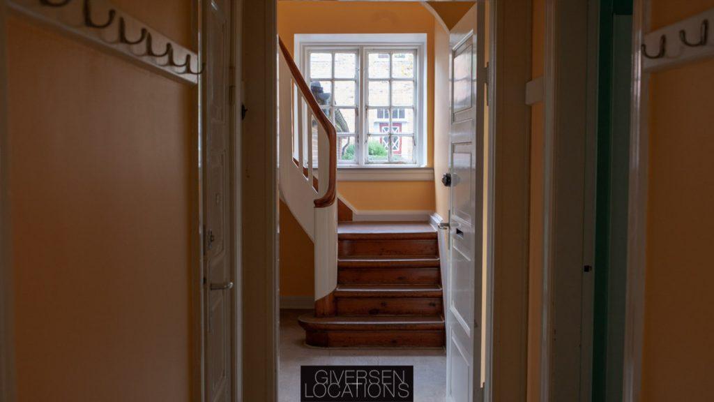 Flot kig med trappe og gul væg