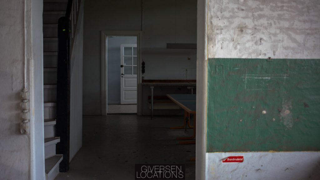 Smukt kig med grønne patinerede vægge Separate baderum på et gammelt hospital
