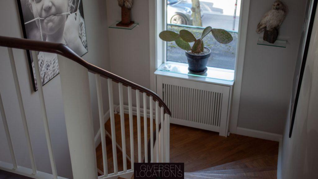 Trappe med hvidt gelænder