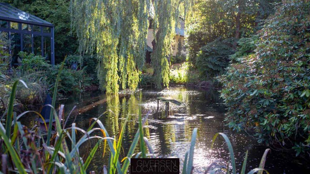 Parcelhus med sø i haven