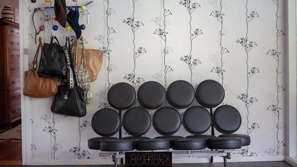 Flot tapet og grafisk sofa i parcelhus