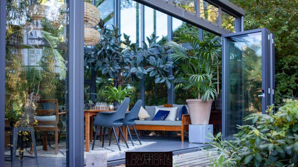 Kig fra haven ind i orangeri