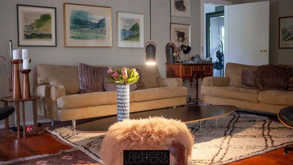 Lækker stue med lammetæppe og desigmøbler