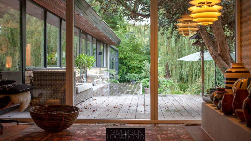 Parcelhus med kig til terrasse i ædeltræ
