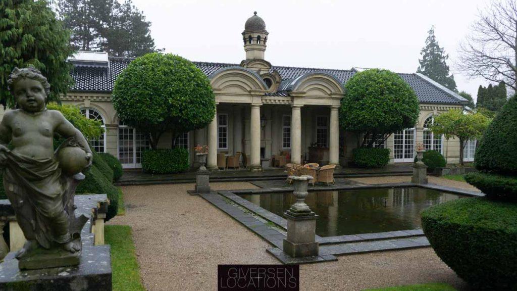 Have med havebassin og palæ og flere statuer