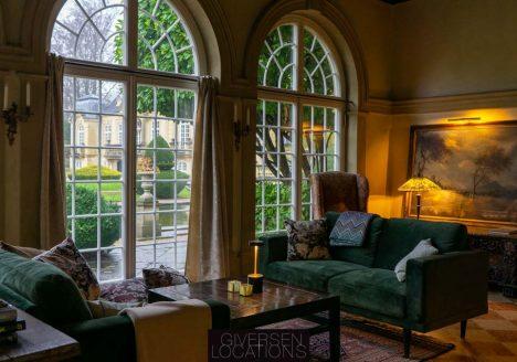 Store vinduer og klassiske møbler i dette palæ