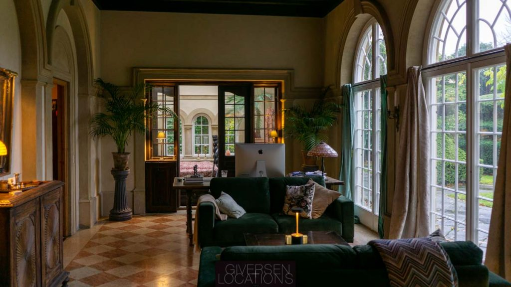 Skøn mørkegrøn sofa og flot lysindfald i denne location