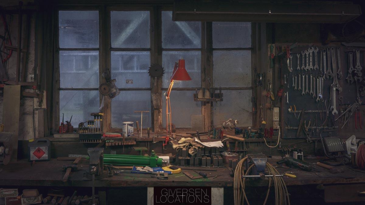 FLot værksted med rød arkitektlampe