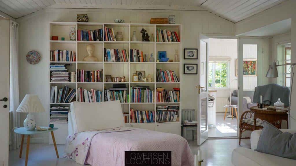 Lyst sommerhus med bogreoler