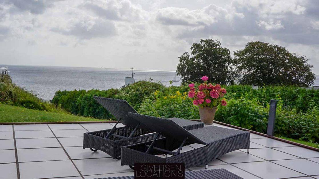 Villa på Strandvejen med terrasse ved Øresund
