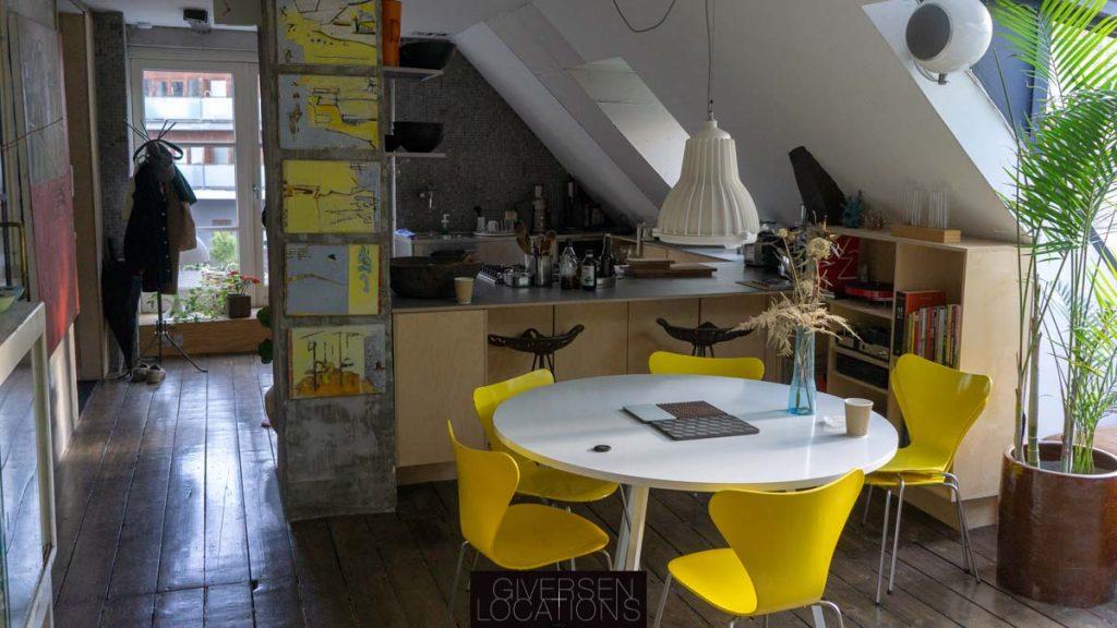 Gule stole og åbent køkken