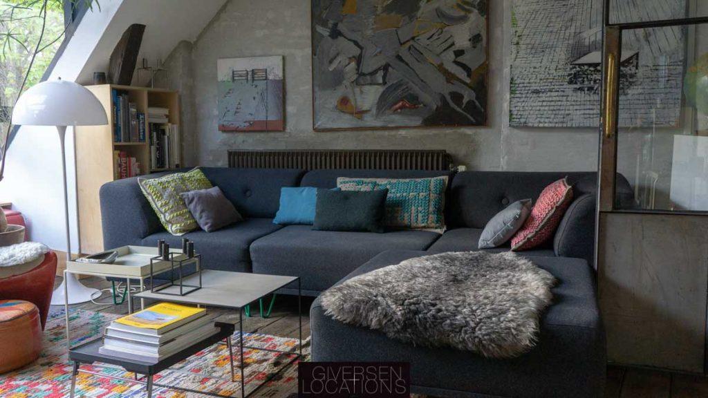 Skind på sofa og farverigt tæppe