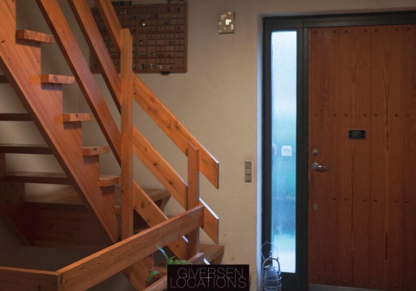 Trappe af træ og materet glas ved hoveddør