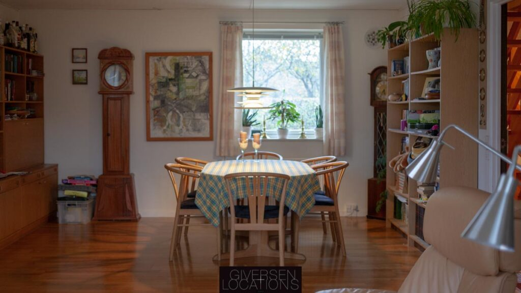 HUggeligt spisebord i retro parcelhus