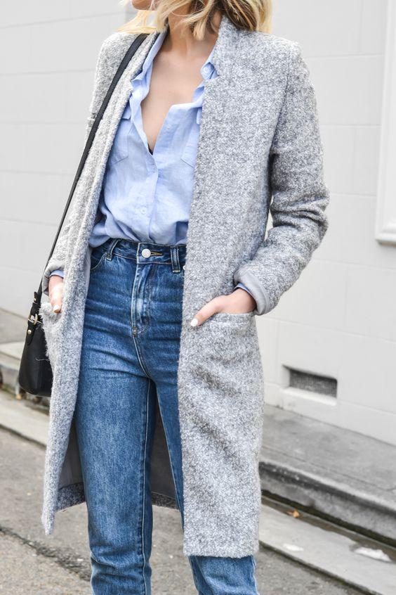 Camicia azzurra e jeans.