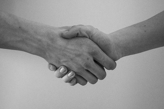 Il saluto, come stringere la mano.