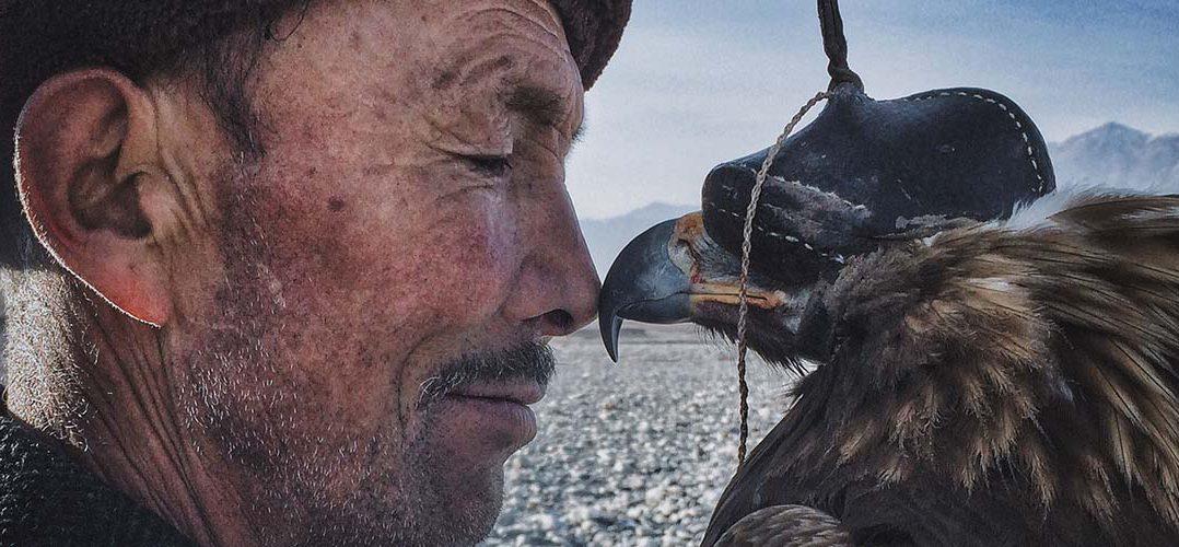 "Siyuan Niu, ""The Man with the Eagle"", vincitore degli iPhone Photography Awards"