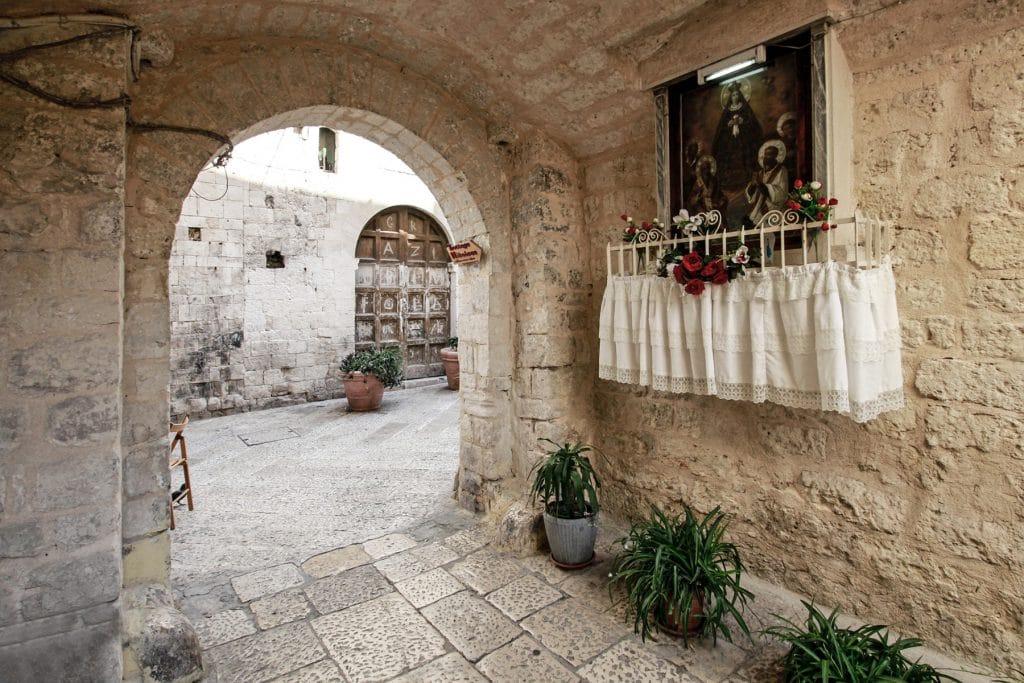 Vicolo di Bari Vecchia con una tradizionale edicola votiva