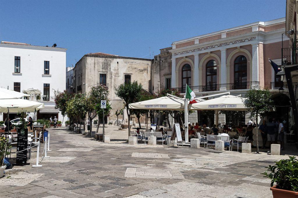 Piazza Garibaldi con il Palazzo della Biblioteca