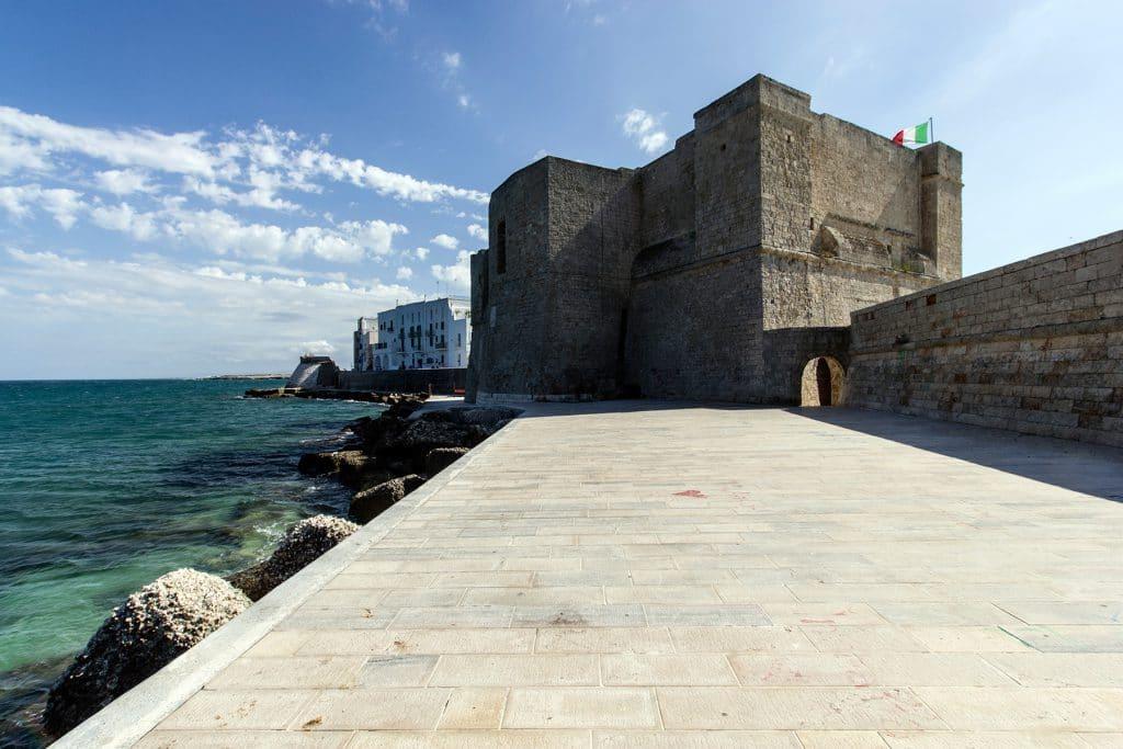 Castello di Carlo V ripreso dal fronte sul porto